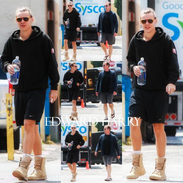 19.05 - Harry et un ami ont été vus sortant de la salle de gym à Los Angeles.