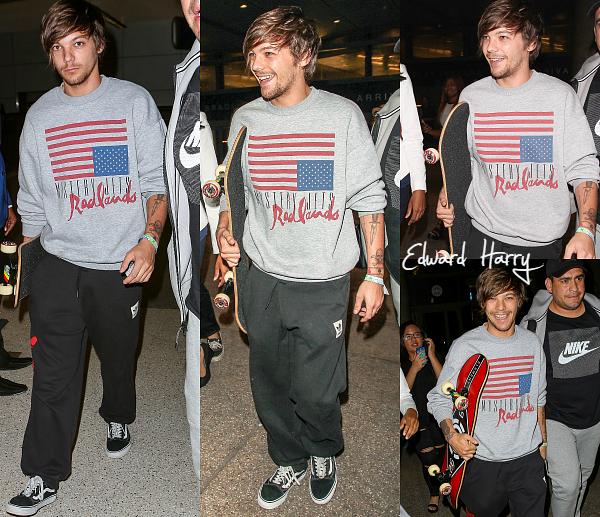 28.06 - Louis à été vue en arrivant à l'aéroport de LAX à Los Angeles.
