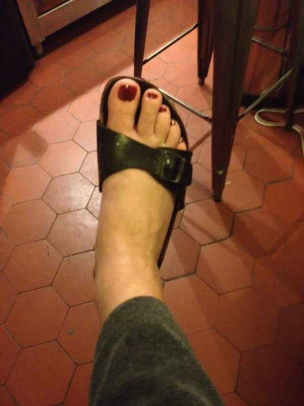 A qui son ces pieds ? Év..... ......