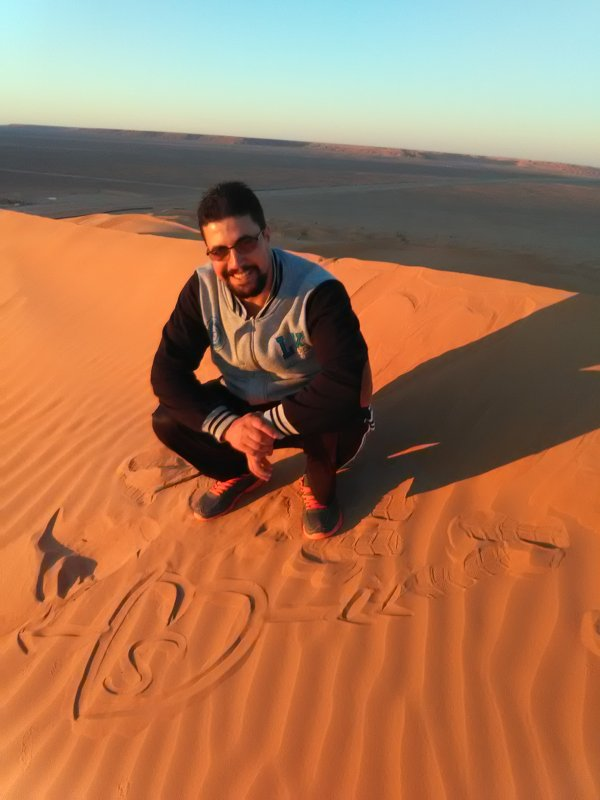 J'écris ton nom sur le sable pour vous dire j'ai l'honneur de vous avoir amis
