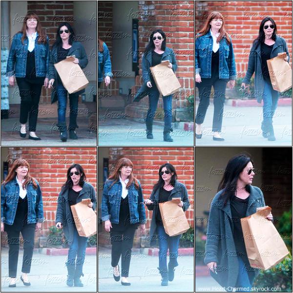 -     04/02/2013 : Shannen faisant du shopping avec sa maman Rosa à Malibu.  -