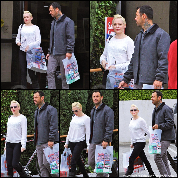 -    18/03/2013 : Rose quittant un magasin Sony avec un ami à Los Angeles.  -