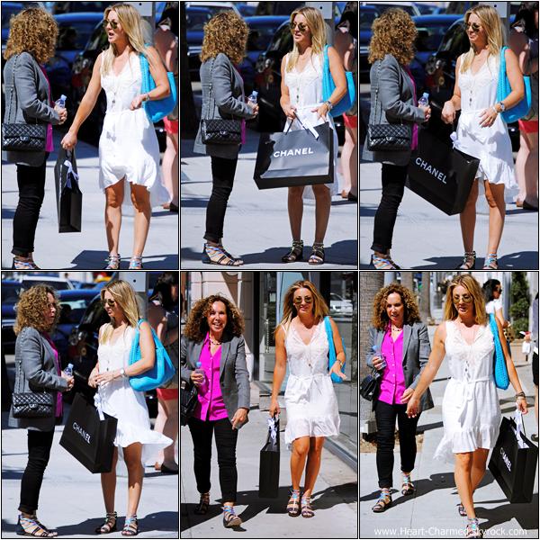-    25/06/2012 : Kaley et une amie faisant du shopping à Beverly Hills.  -
