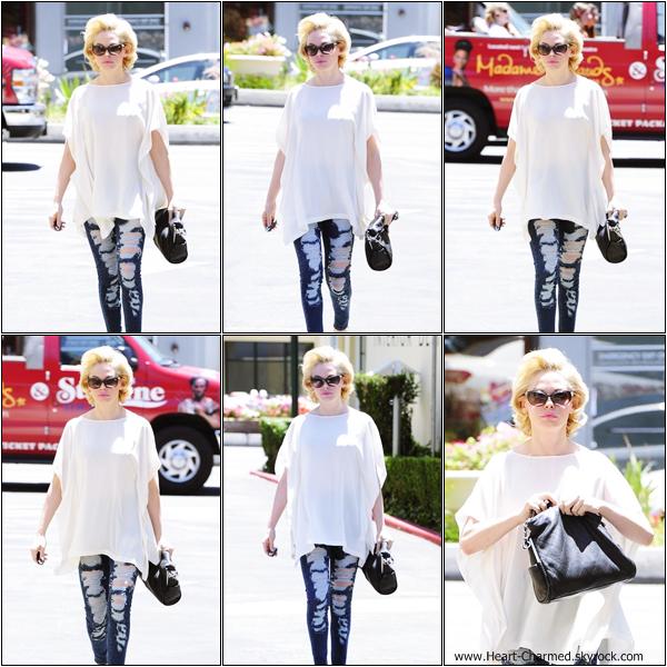 -    29/05/2013 : Rose quittant le salon de coiffure Drybar à Los Angeles.  -