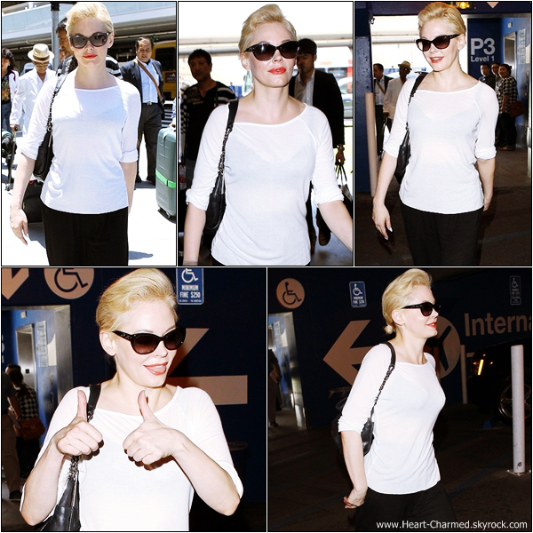 -    10/06/2013 : Rose arrivant à l'aéroport LAX de Los Angeles.  -
