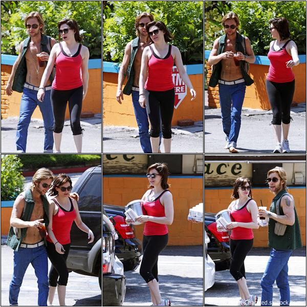 -    02/07/2013 : Rose se promenant avec un ami dans les rues de Los Angeles.  -
