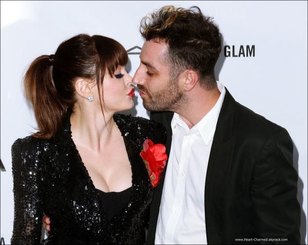 -    Rose et son petit-ami Davey Detail se sont fiancés ! Félicitations au couple.  -