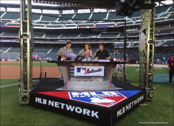 -    15/07/2013 : Alyssa assistant à l'émission Live On MLB au Citifield.  -
