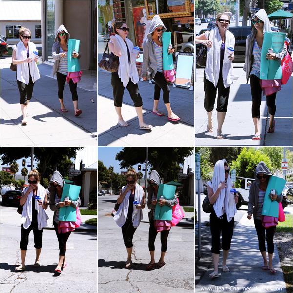 -    06/08/2013 : Kaley et son amie Ashley Jones quittant un cours de yoga à Los Angeles.  -