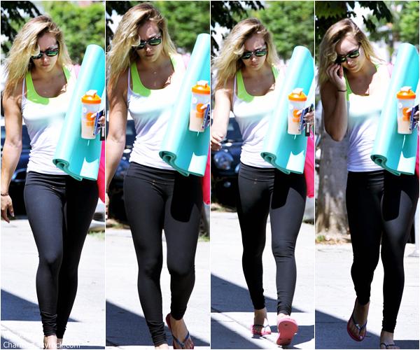 -    17/08/2013 : Kaley se rendant à un cours de yoga dans Sherman Oaks.  -