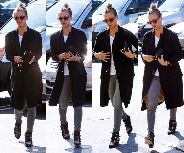 -    12/09/2013 : Kaley se promenant dans les rues de Studio City.  -