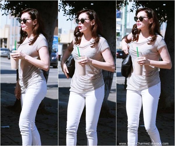 -    11/10/2013 : Rose, sa soeur et sa maman allant se chercher un smoothie à Los Angeles.  -