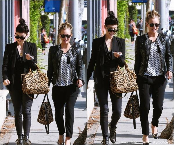 -    03/11/2013 : Kaley et son fiancé Ryan Sweeting se promenant dans les rues de Los Angeles.  -