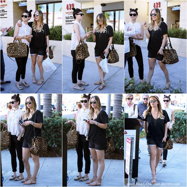 -    13/11/2013 : Kaley en compagnie de ses parents et de sa soeur Brianna quittant un restaurant à Beverly Hills.  -