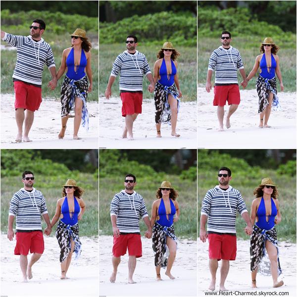 -    17/11/2013 : Alyssa et son mari David Bugliari se promenant sur une plage à Hawaii.  -
