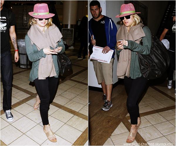 -    03/12/2013 : Kaley et son fiancé Ryan Sweeting arrivant à l'aéroport LAX de Los Angeles.  -