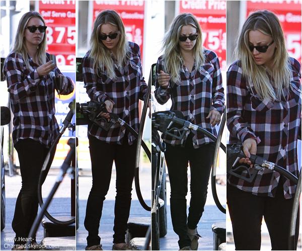 -    12/12/2013 : Kaley faisant le plein de sa voiture dans une station essence de Los Angeles.  -