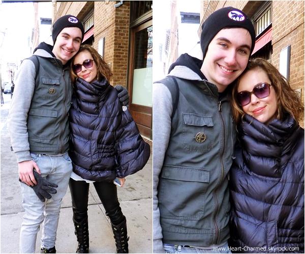 -    04/02/2014 : Alyssa posant avec un fan dans les rues de New-York.  -