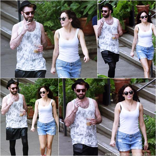-    09/02/2014 : Rose et son mari Davey Detail profitant de leurs vacances à Hawaii.  -
