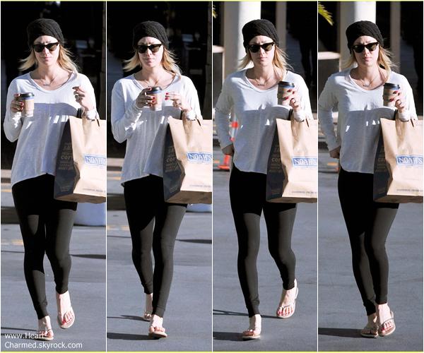 -    14/02/2014 : Kaley se promenant dans les rues de Los Angeles.  -