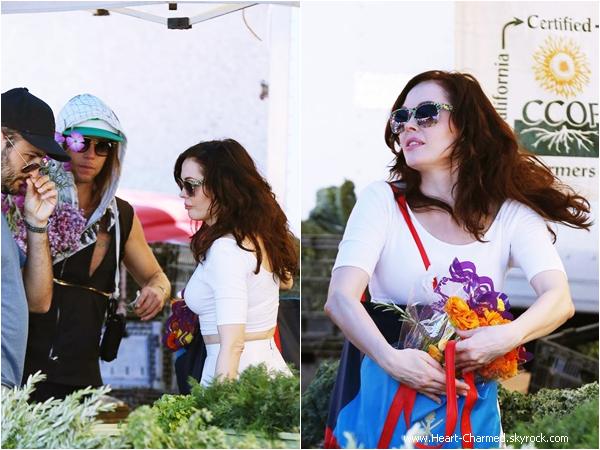-    30/03/2014 : Rose achetant quelques fleurs au Farmers Market à Los Angeles.  -