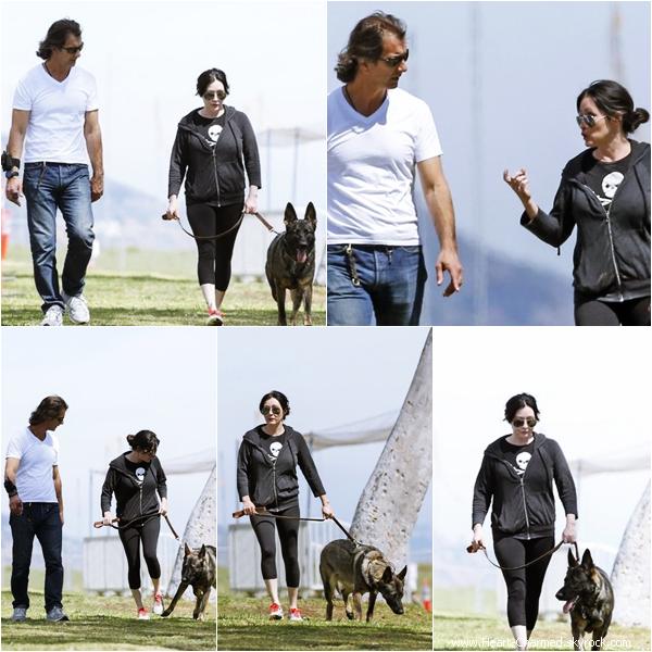 -    10/04/2014 : Shannen promenant son chien avec un ami à Malibu.  -