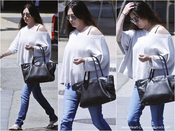 -    16/04/2014 : Shannen se promenant dans les rues de Malibu.  -
