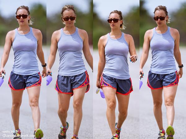 -    05/05/2014 : Kaley se promenant avec une amie à Los Angeles.  -