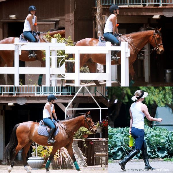 -    29/05/2014 : Kaley faisant de l'équitation à Simi Valley.  -