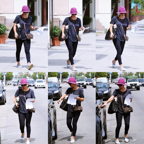 -    26/06/2014 : Kaley et son nouveau chiot Ruby faisant le plein de sa voiture à une station essence de Los Angeles.  -