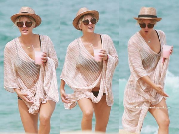 -    04/07/2014 : Kaley, son mari Ryan Sweeting et des amis profitant de leurs vacances au bord d'une plage de Los Cabos au Mexique.  -