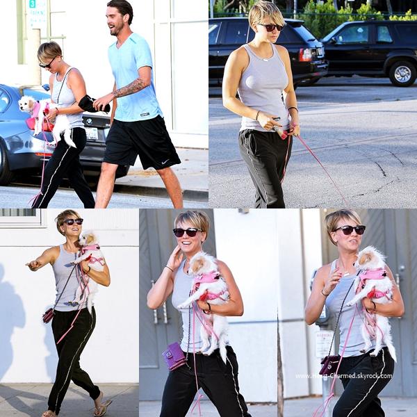 -    09/07/2014 : Kaley faisant le plein de sa voiture dans une station essence de Los Angeles.  -