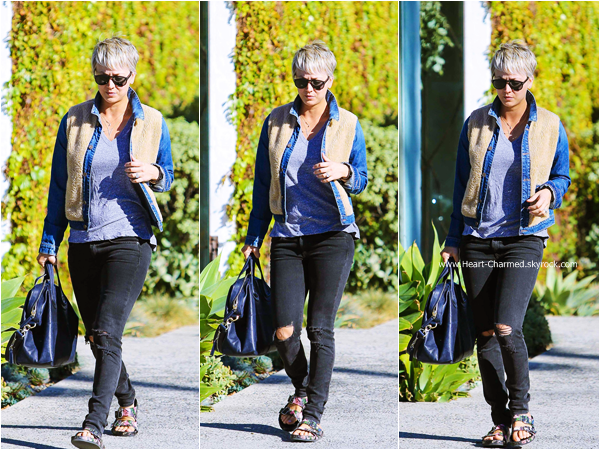-    25/11/2014 : Kaley quittant le salon de coiffure Andy Lecompte à Los Angeles.  -