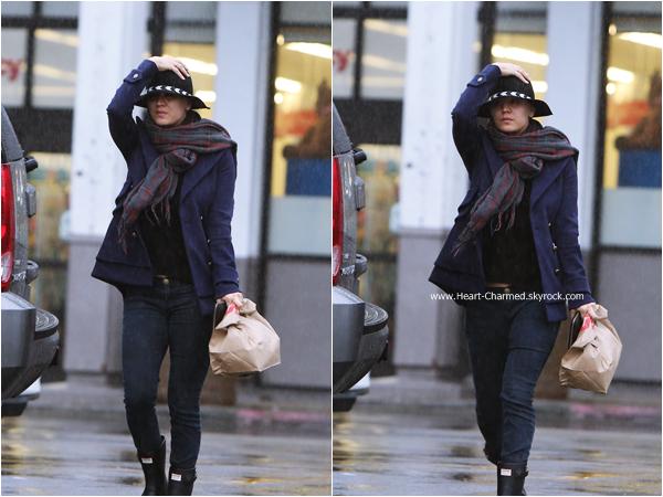 -    02/12/2014 : Kaley faisant du shopping chez CVS à Encino.  -