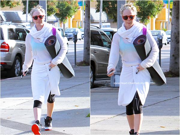 -    04/12/2014 : Kaley quittant son cours de yoga à Sherman Oaks.  -