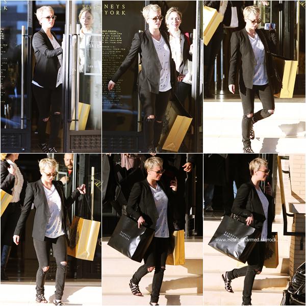 -    22/12/2014 : Kaley quittant la boutique Barney's New York à Beverly Hills.  -
