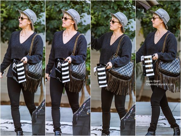 -    03/01/2015 : Kaley quittant la boutique Sephora à Los Angeles.  -