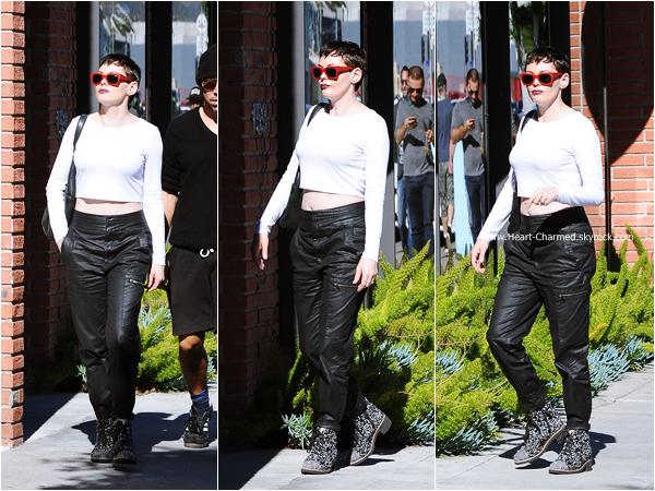 -    17/01/2015 : Rose se promenant avec son mari Davey et des amis à Los Angeles.  -