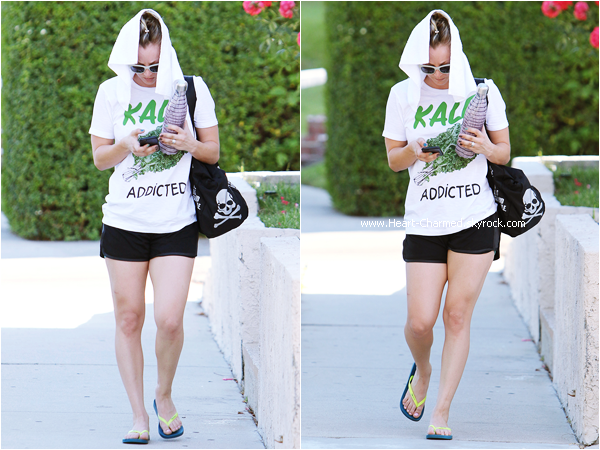 -    27/04/2015 : Kaley quittant son cours de yoga à Sherman Oaks.  -