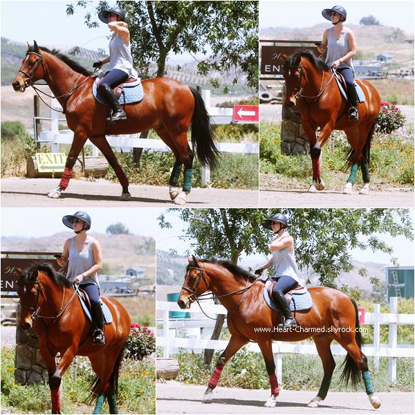 -    29/04/2015 : Kaley faisant de l'équitation dans un ranch à Moorpark.  -