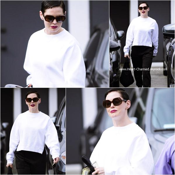 -    05/05/2015 : Rose quittant le salon de coiffure Meche à Los Angeles.  -