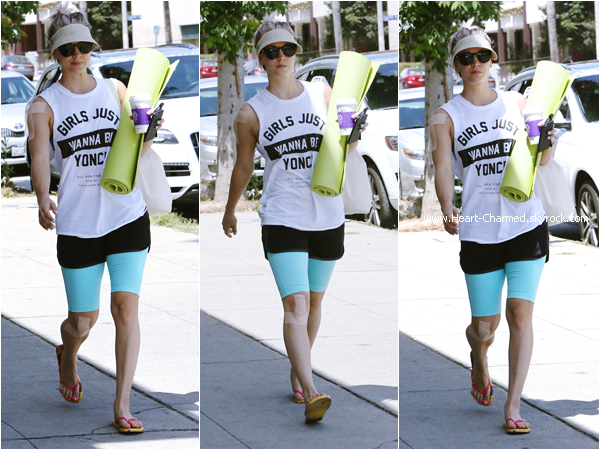 -    11/05/2015 : Kaley arrivant/quittant son cours de yoga à Sherman Oaks.  -