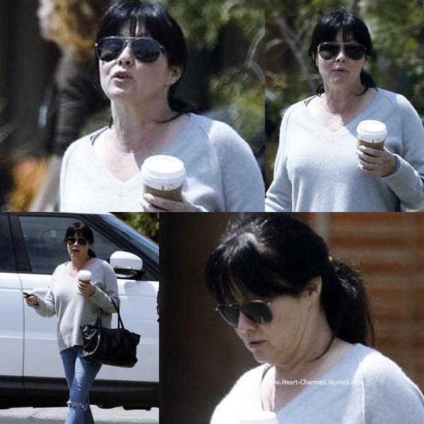 -    27/05/2015 : Shannen se promenant avec une amie dans les rues de Malibu.  -