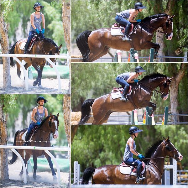 -    24/06/2015 : Kaley faisant de l'équitation à Los Angeles.  -