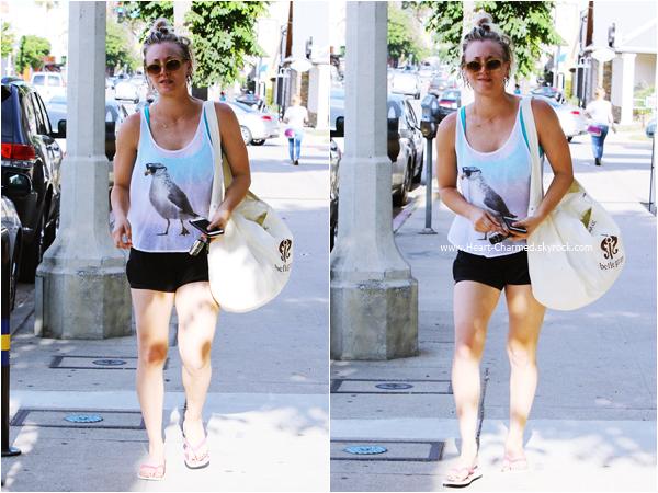 -    26/06/2015 : Kaley quittant son cours de yoga à Sherman Oaks.  -