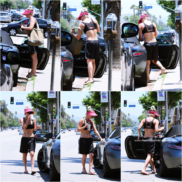 -    04/07/2015 : Kaley quittant son cours de yoga à Los Angeles.  -