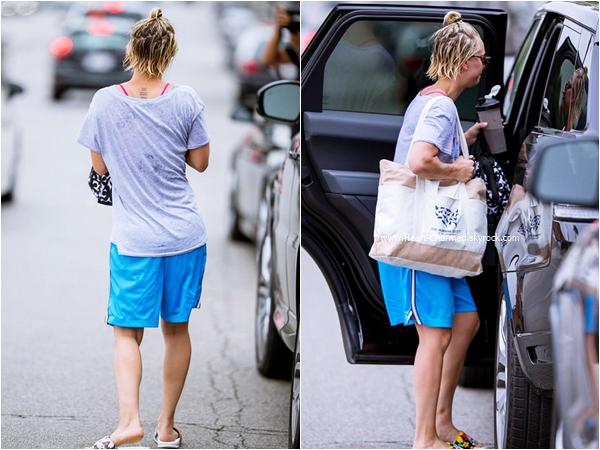 -    08/07/2015 : Kaley quittant son cours de yoga à Los Angeles.  -