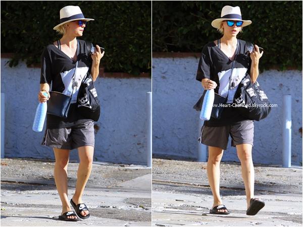 -    03/08/2015 : Kaley rejoignant sa voiture à Los Angeles.  -