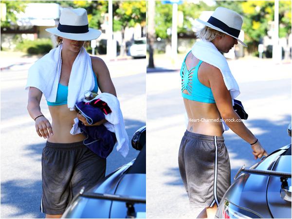 -    10/08/2015 : Kaley quittant son cours de yoga à Studio City.  -