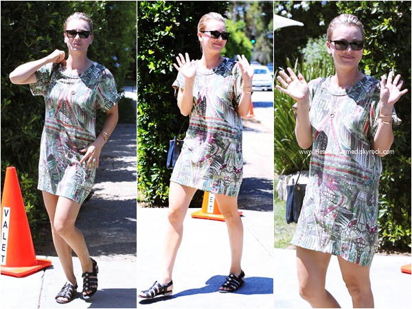 -    16/08/2015 : Kaley arrivant/quittant la Jennifer Klein's Day of Indulgence Summer Party à Brentwood.  -